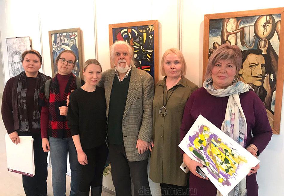 Прус Виктор Николаевич (на фоне своих картин) со своими учениками